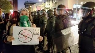 Polícia chilena conteve protestos contra Bolsonaro no Chile e cinco manifestantes foram detidos.