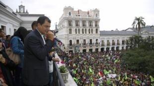 Kiongozi wa Ecuador Rafael Correa akiwashukuru wananchi wake kwa kumchagua kuendelea na wadhifa wake