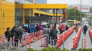 Khách hàng chờ đợi bên ngoài một cửa hàng IKEA tại Berlin, Đức, ngày 11/05/2020.