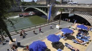 A cada ano no mês de julho, os parisienses dão as boas vindas ao verão às margens do rio Sena. Espreguiçadeiras lotadas desde as primeiras horas da manhã.