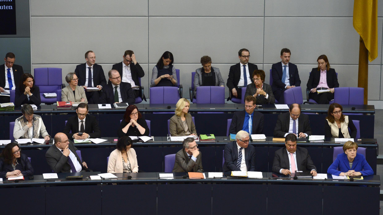 Thủ tướng Đức Angela Merkel (phải) cùng với các bộ trưởng tưởng niệm những người Armenia đã thiệt mạng, tại Quốc Hội Đức ngày 24/04.