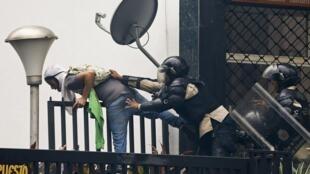 Policías detienen a un manifestante, en Caracas, el pasado 8 de mayo de 2014.