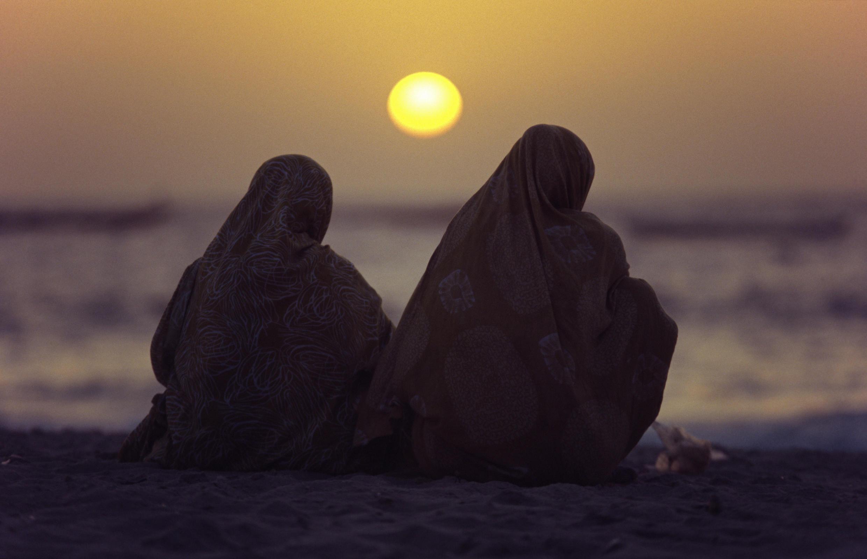 Deux femmes mauritaniennes sur la plage, près de Nouakchott.