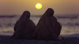 (illustration) Deux femmes mauritaniennes seules assises sur la plage, près de Nouakchott.