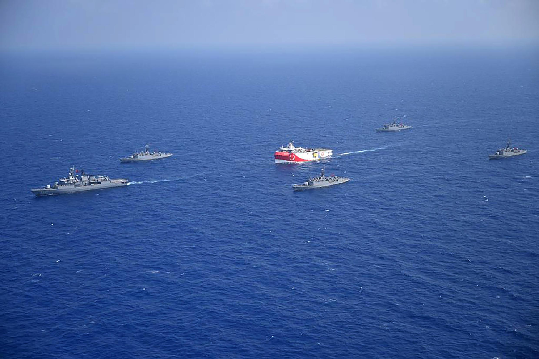 """Fotografia divulgada pelo ministério turco da Defesa no diq 12/08/2020 mostra o navio de investigação sísmica """"Oruc Reis"""" (centro), escoltado por barcos da marinha turca no Mediterrâneo (10/08/2020)."""
