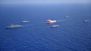 """Esta fotografía cedida por el Ministerio de Defensa turco el 12 de agosto de 2020 muestra el buque de investigación sísmica  """"Oruc Reis"""" (centro) mientras es escoltado por barcos de la Marina turca en el Mar Mediterráneo el 10 de agosto de 2020"""