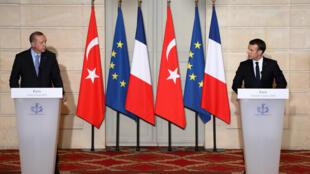 El presidente francés, Emmanuel Macron, derecha, y el presidente turco, Recep Tayyip Erdogan, durante la conferencia de prensa en el Palacio del Elíseo, en París, Francia, el 5 de enero de 2018.