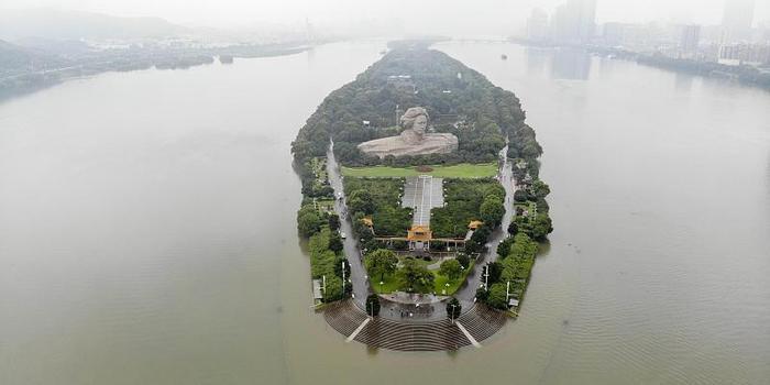 7月10日大水中的湖南长沙橘子洲景区资料图片