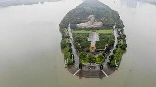 7月10日大水中的湖南長沙橘子洲景區資料圖片