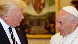 Fafaroma François tare da shugaban Amurka Donald Trump a fadar Vatican.