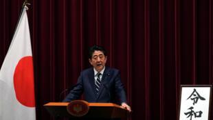Primeiro-ministro japonês Shinzo Abe durante anúncio do nome da nova era.