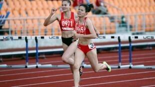Vận đồng viên điền kinh Việt Nam Nguyễn Thị Huyền (phải) và Quách Thị Lan trong chung kết 400 mét tiếp sức nữ, 10/12/2019, tại SEA Games 30, Philippines.