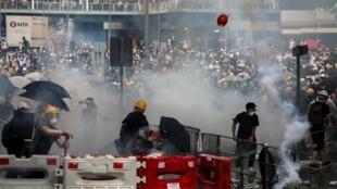 香港引渡法案引发爆炸性局面,警方动用橡胶弹、催泪弹、布袋弹镇压示威民众,示威者以石块、瓶子还击。