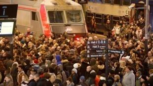 Passageiros lotam a plataforma da estação ferroviária de Lyon em Paris. A França vive 12° de greve sem previsões de fim.