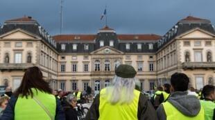 Miembros del movimiento «chalecos amarillos» manifestandose en Puy-en-Velay, en el departamento de Haute-Loire, el 17 novembre 2018.