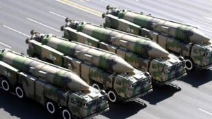 图为中国解放军军事检阅中展示的疑似航母杀手DF-21D弹道导弹