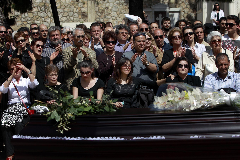 Atenas, 7 de abril de 2012, numerosas personas rindieron homenaje al jubilado que se suicidó debido a sus deudas.