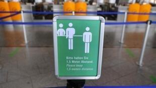 L'Organisation de l'aviation civile internationale propose notamment que chaque voyageur présente une attestation de santé à son arrivée à l'aéroport.