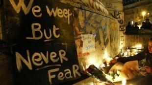 Des fleurs et bougies en hommage aux victimes des attaques qui se sont déroulées à Paris, le vendredi 13 novembre.