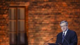 A l'initiative de Bronislaw Komorowski, les commémorations polonaises de la fin de la Seconde Guerre mondiale, auront lieu à Westerplatte, au bord de la mer Baltique, près de Gdansk. Ici, le président polonais au camp d'Auschwitz-Birkenau fin janvier 2015.