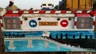 Peinture du pont Sénégambie sur l'arrière d'un camion garé à Farafenni (février 2020).