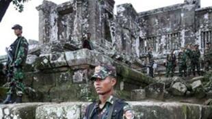 Lính Cam Bốt đứng gác trước đền Preah Vihear (AFP)