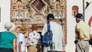 Ici, des touristes à la Sierra Gorda, au Mexique. (Mission Tilaco, une des Missions franciscaines) (Image d'illustration).
