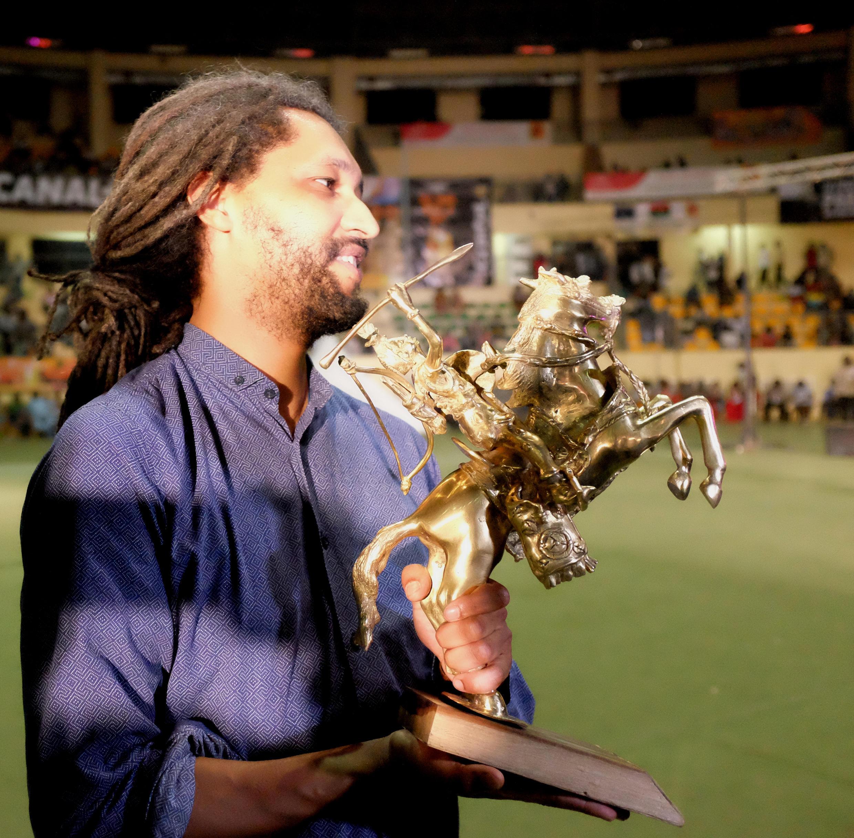 Le réalisateur franco-sénégalais Alain Gomis avec son deuxième Étalon d'or de Yennenga, reçu pour «Félicité».