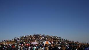Des mineurs en grève à Carltonville, à l'ouest de Johannesburg, le 2 octobre 2012.