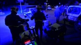 Captura de pantalla en la que se ven a policías en el exterior de la casa de la pareja de los policías en Magnanville, cerca de París. Lunes, 13 de junio.