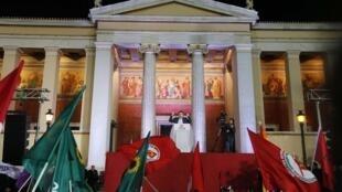 Lãnh đạo đảng cực tả Syriza, Alexis Tsipras phát biểu trước những người ủng hộ sau thắng lợi bầu cử tại Athene, ngày 25/01/2015.