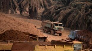 Un camion transportant du bauxite dans une mine de Bukit Goh, dans l'État du Pahang, en Malaisie.