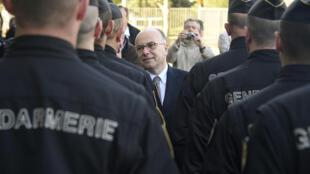 Le ministre français de l'Intérieur s'est rendu à Rennes pour saluer les forces de l'ordre, le 15 mai 2016, au lendemain de heurts survenus en marge de manifestations contre la loi Travail.