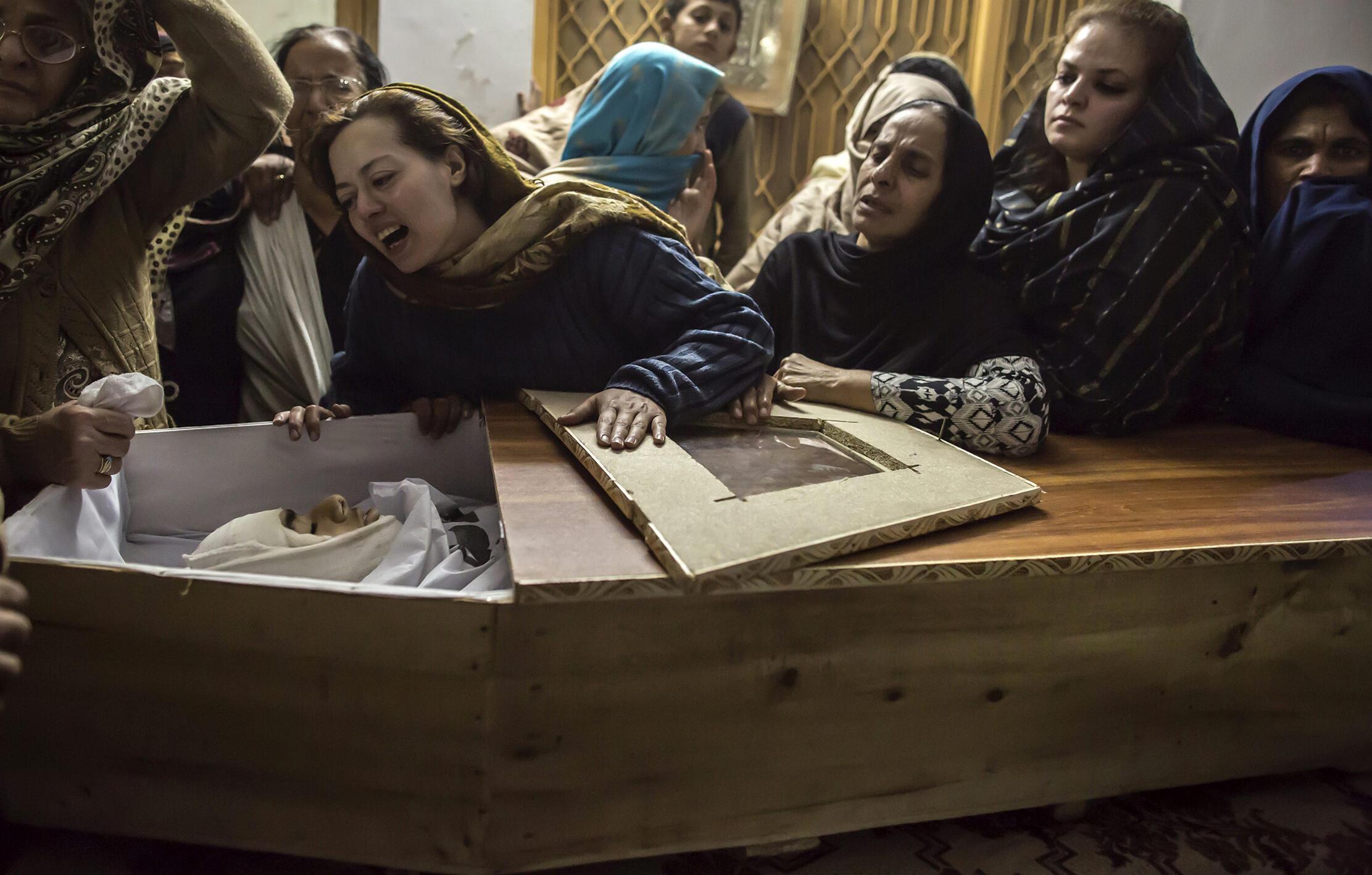 La mère de Mohammed Ali Khan (15 ans), tué lors de l'attaque d'une école pour enfants de militaires par un commando taliban qui a pris en otage des centaines d'élèves et d'enseignants. Peshawar, Pakistan, 16 décembre 2014.