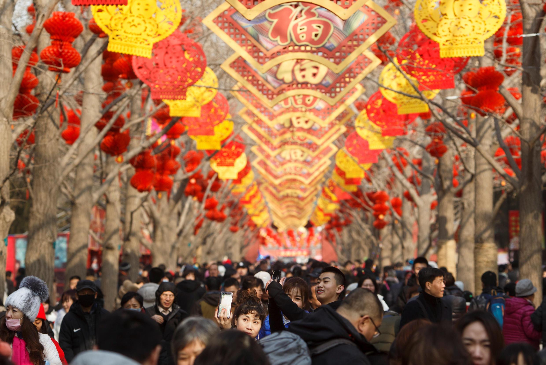 图为中国北京地坛公园民众熙攘庆猪年春节2019年2月5日