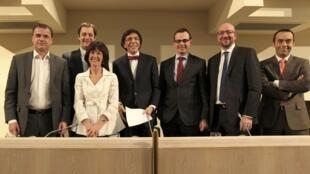 Elio Di Rupo, le chef du Parti socialiste entouré des leaders des partis belges lors d'une conférence de presse commune, le 27 novembre 2011..