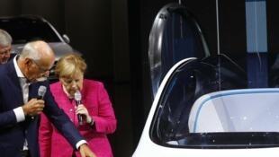 La canciller Angela Merkel inagura el Salón del Automóvil de Francfort, 14 septiembre  2017.
