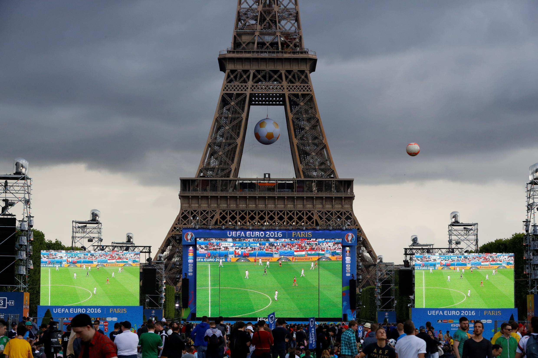La fan zone de Paris, au pied de la tour Eiffel, le 14 juin 2016, pendant un match de l'Euro de football.