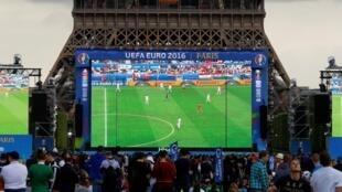 В последний раз экраны около Эйфелевой башни устанавливали во время чемпионата Европы в 2016 году