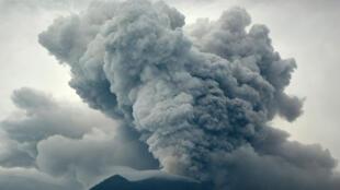 Nuvem de fumaça cinza expelida pelo vulcão Agung supera 3 mil metros.