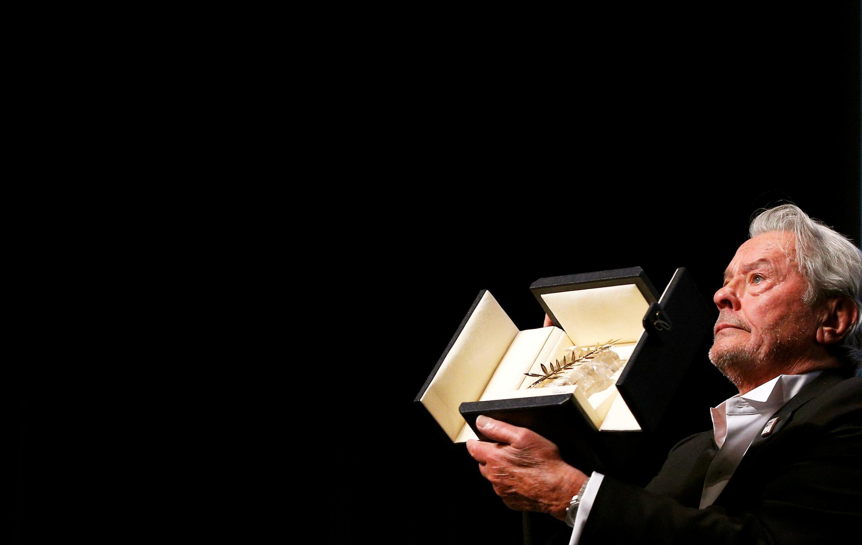 نخل طلای افتخاری جشنواره کن در دستان آلن دلون