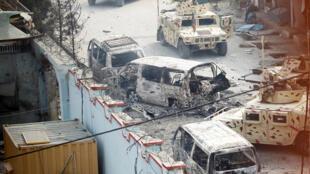 Des véhicules brûlés à Jalalabad, en Afghanistan, le 24 janvier 2018.