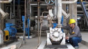 中国石油加工厂一名工人