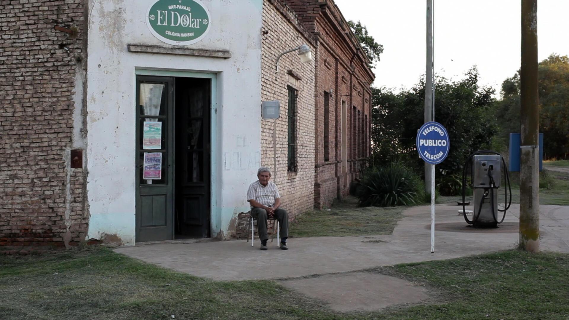 Emir, patron du bar El Dolar, attend le client à Colonia Hansen, désertée par ses habitants.