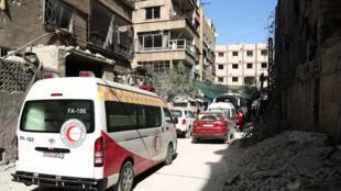 Le Croissant Rouge syrien évacue des civils blessés à Arbin, dans la Ghouta-orientale, le 26 mars 2018.