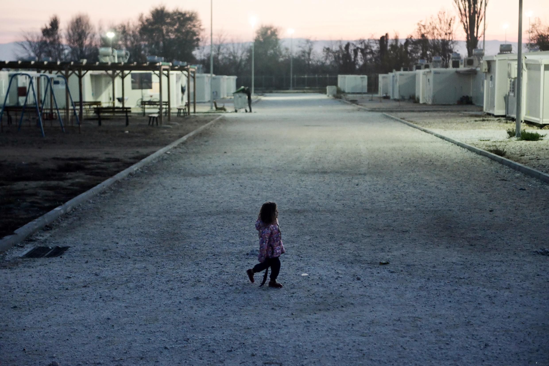 Une fillette yézidie se rend au camp de réfugiés de Serres, dans le nord de la Grèce, le 24 novembre 2017. (Photo d'illustration)