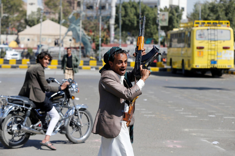 Một thành viên lực lượng nổi dậy Houthi tay giơ cao súng, ăn mừng chiến thắng của phe nổi dậy Shia trước phe của cựu tổng thống Yemen Saleh, tại trung tâm Sanaa, thủ đô Yemen, ngày 03/12/2017.