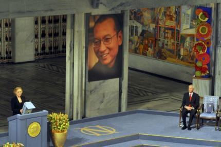 """2010年12月10日,诺贝尔和平奖颁奖典礼上,挪威著名女演员丽芙-乌尔曼阅读刘晓波2009年被宣判11年徒刑前的""""最后的辩护―我没有敌人""""。"""