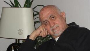اکرم عثمان بغیر از داستان های کوتاه و یک رمان ، چند اثر تحقیقاتی در عرصه تاریخ و سیاست نیز بجا گذاشته است.