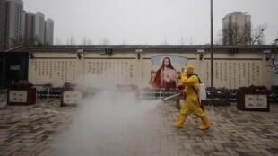 Un empleado desinfecta los alrededores de una iglesia en Wuhan, Hubei, 6 de marzo de 2020. (Imagen de ilustración)